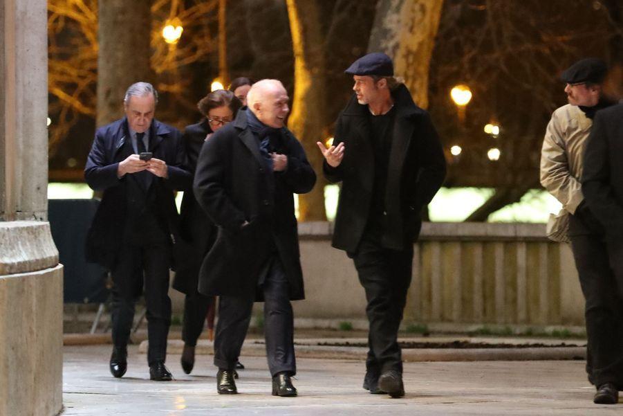Brad Pitt et François Pinault quittent le musée d'art moderne de la ville de Paris, le 12 mars 2019