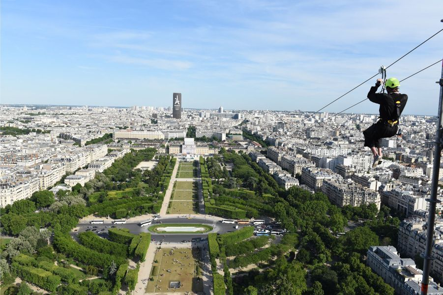 Descente en tyrolienne depuis le 2e étage de la tour Eiffel.