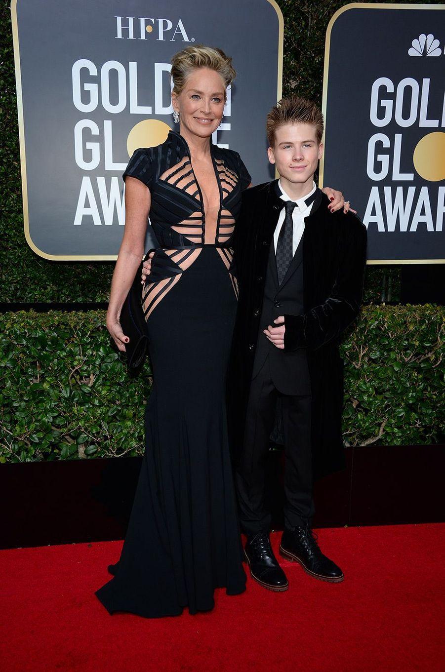 Sharon Stone dans une robe Vitor Zerbinato aux Golden Globes 2018, avec son fils