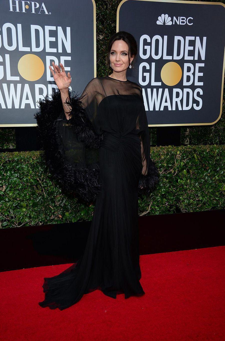 Angelina Jolie dans une robe Atelier Versace aux Golden Globes 2018
