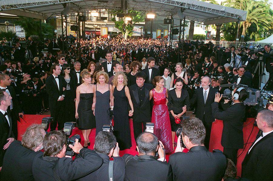 """Penélope Cruz et l'équipe du film """"Tout sur ma mère"""", de Pedro Almodovar, au Festival de Cannes en 1999"""