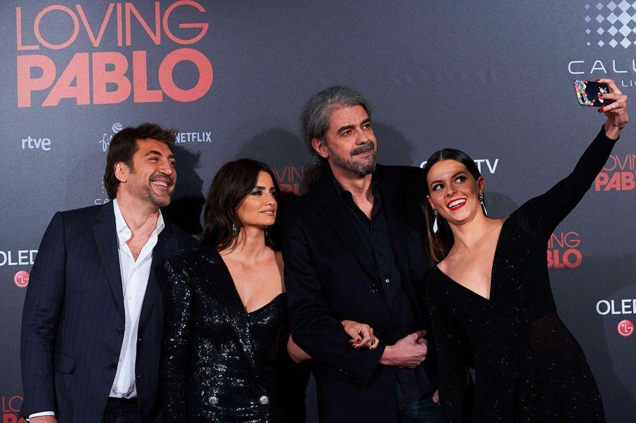 """Javier Bardem, Penélope Cruz, Fernando Leon de Aranoa et Julieth Restrepo à l'avant-première de """"Loving Pablo"""" à Madrid"""