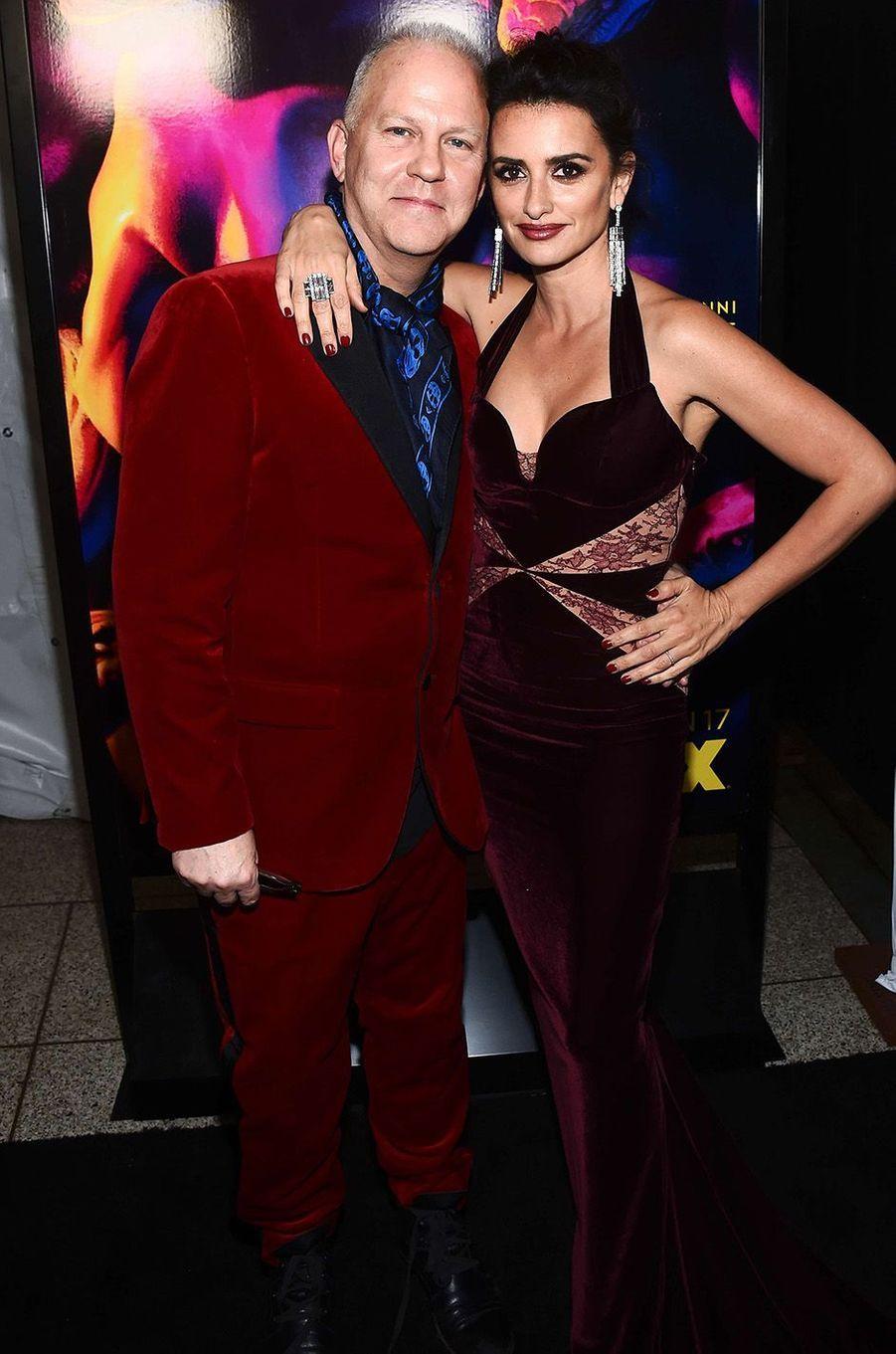 """Penélope Cruz avec Ryan Murphy lors de l'avant-première de la série """"The Assassination of Gianni Versace : American Crime Story"""" à Hollywood, le 9 janvier 2018."""
