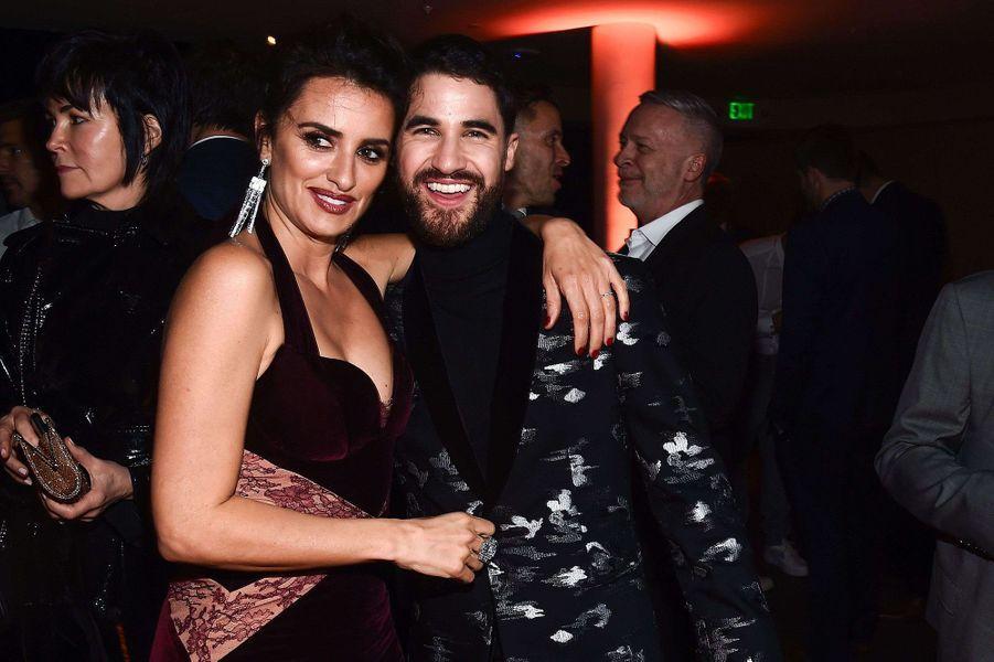 """Penélope Cruz avec Darren Criss lors de l'avant-première de la série """"The Assassination of Gianni Versace : American Crime Story"""" à Hollywood, le 9 janvier 2018."""