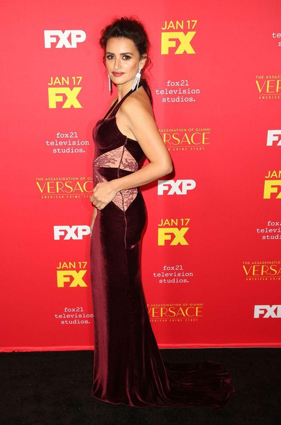 """Penélope Cruz sublime lors de l'avant-première de la série """"The Assassination of Gianni Versace : American Crime Story"""" à Hollywood, le 9 janvier 2018."""