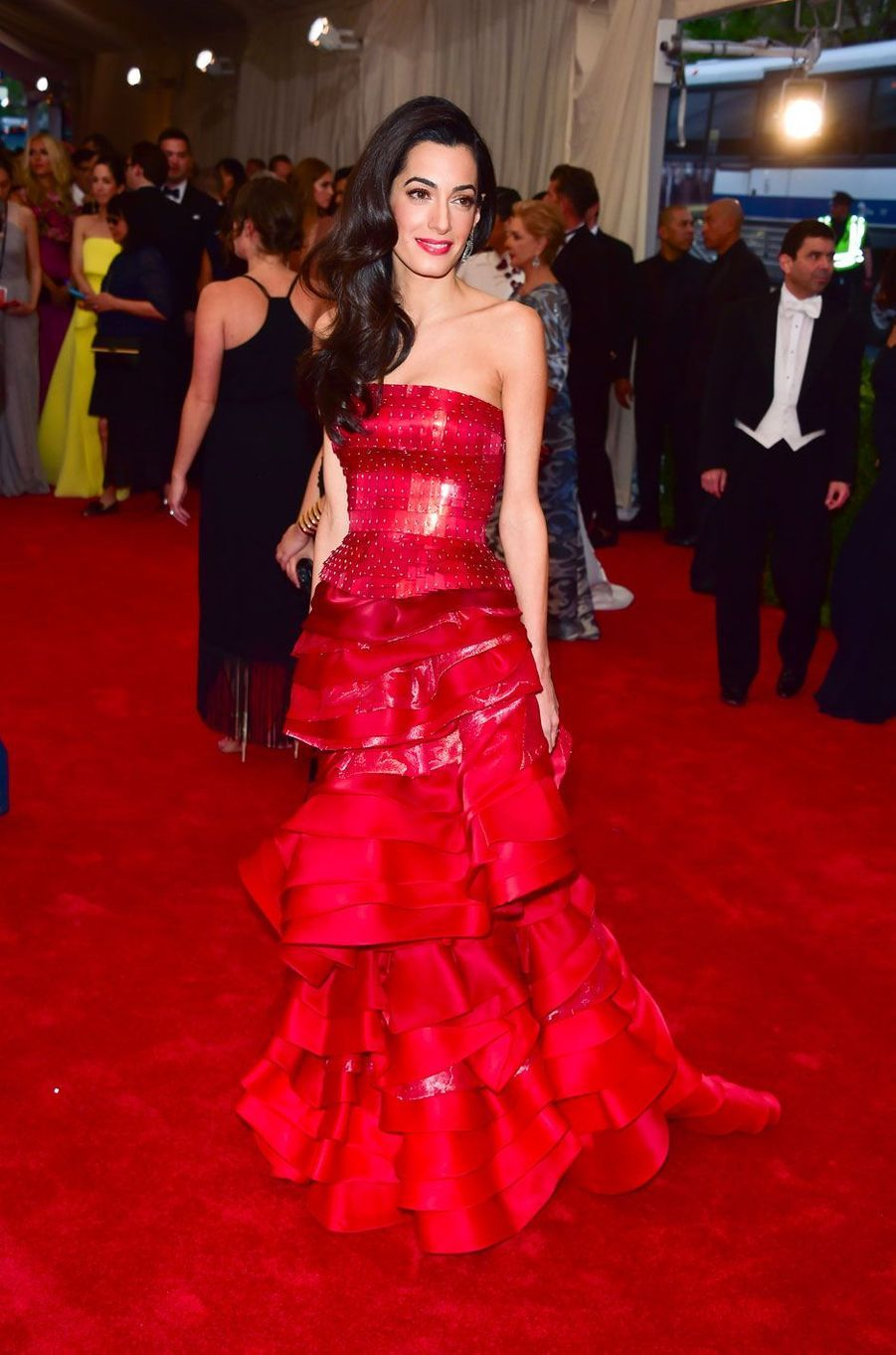 People Style : Amal Clooney, l'élégance écarlate