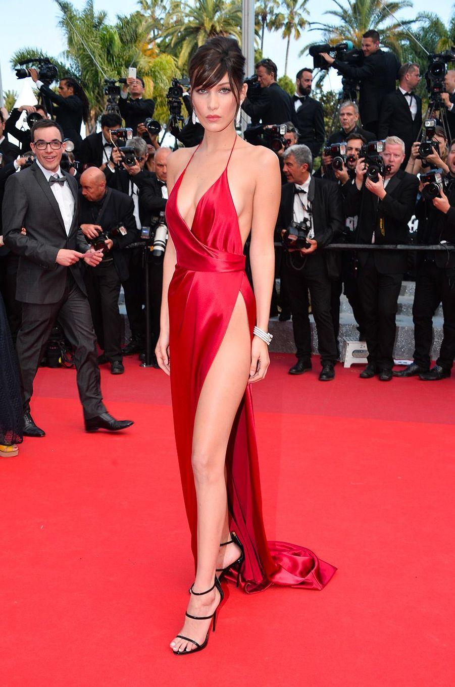 Bella Hadid fait sensation à Cannes en robe de soie rouge, mai 2016