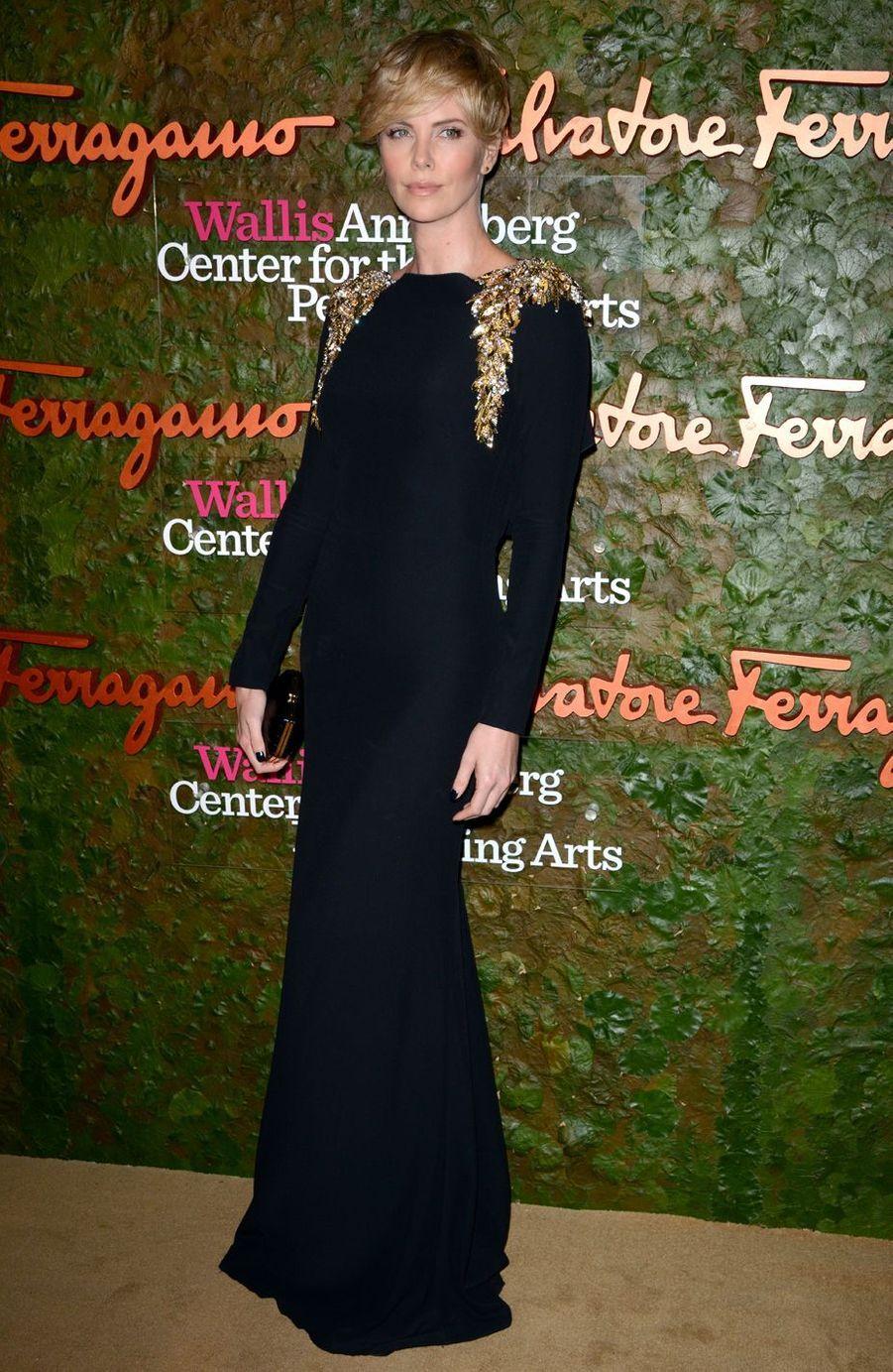 Charlize Theron arrive au centre Wallis Annenberg à Beverly Hills, le 17 octobre 2013