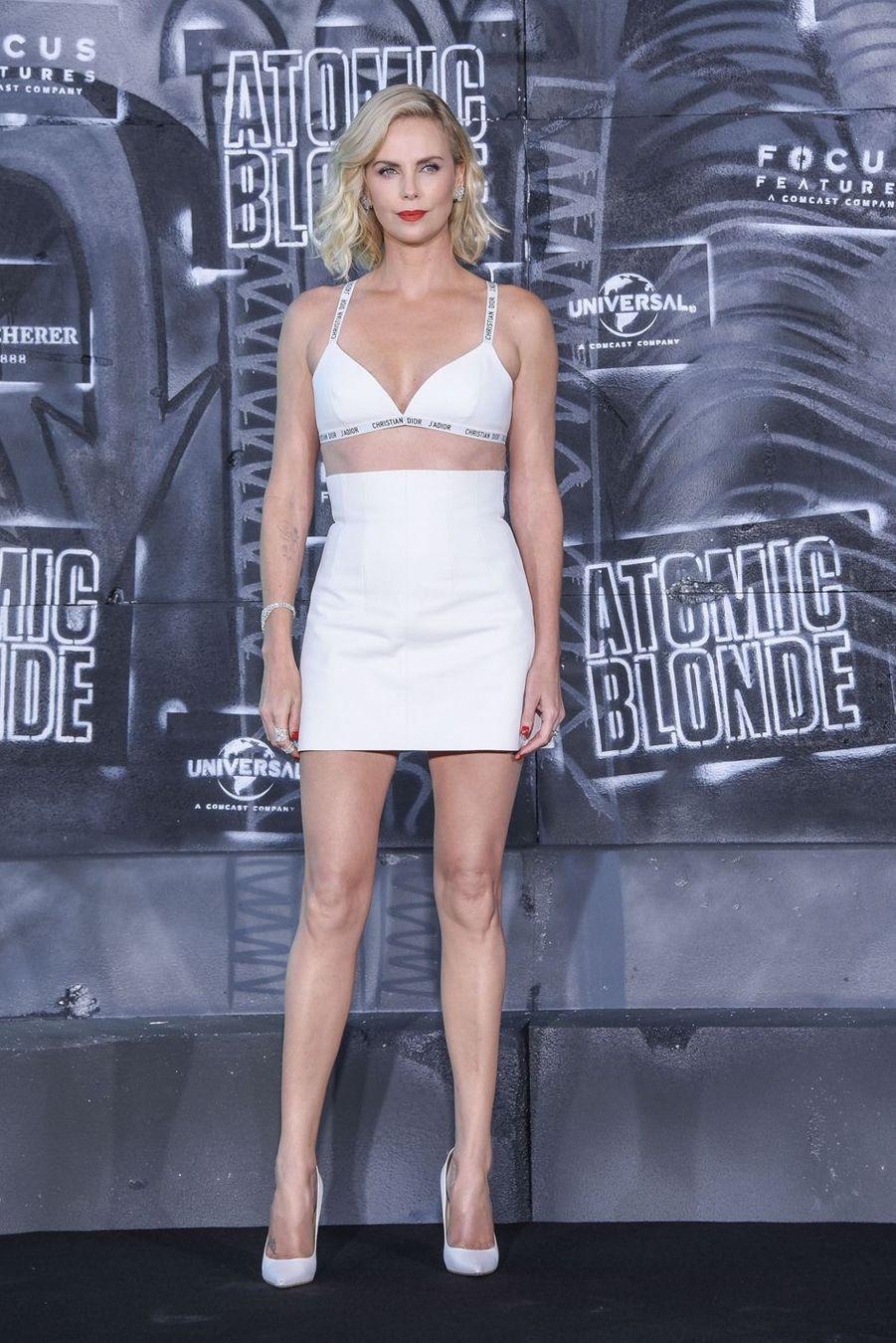 """Charlize Theron lors de la première de """"Atomic Blonde"""" à Berlin, le 17 juillet 2017"""