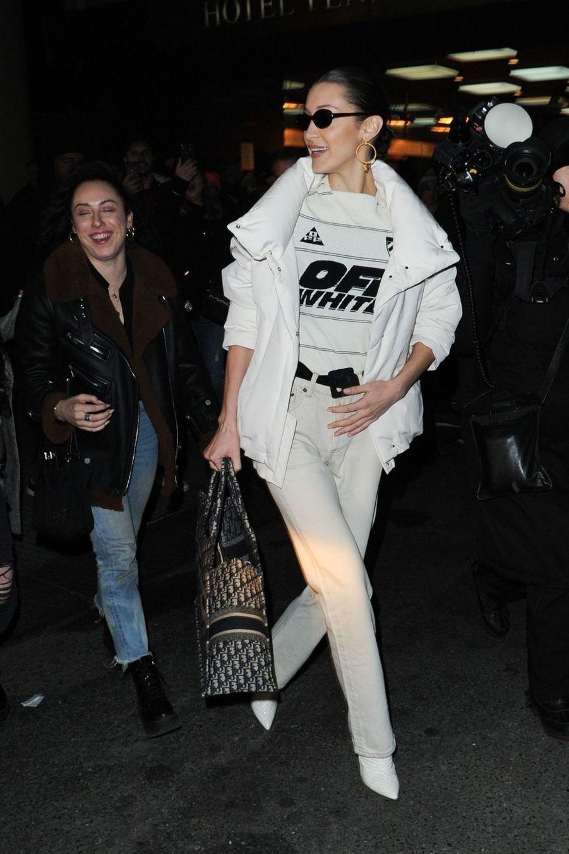 Bella Hadid quitte le défilé Brandon Maxwell lors de la Fashion Week de New York le 9 février 2019