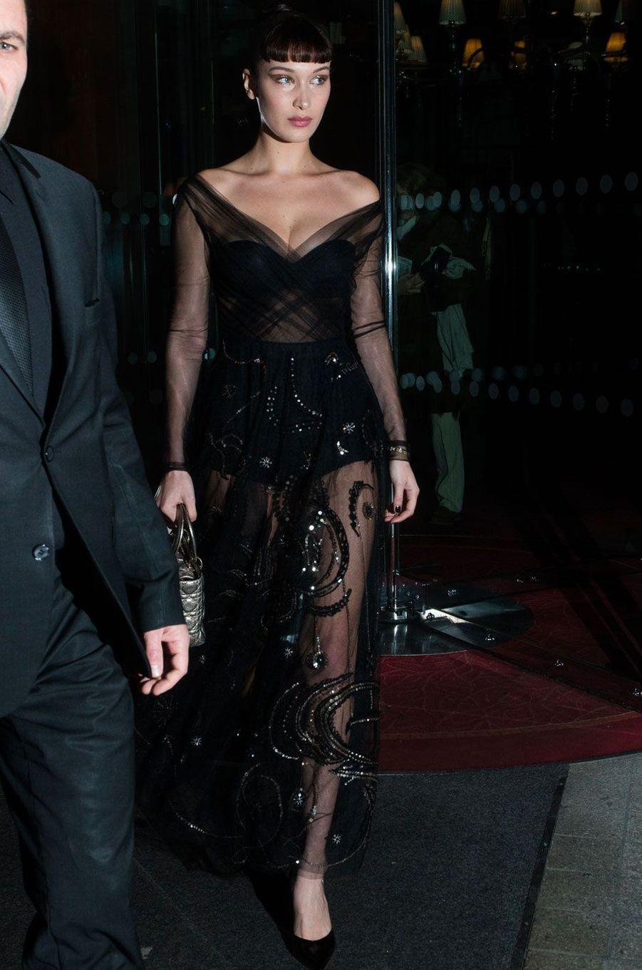 People style : le all black selon Bella Hadid