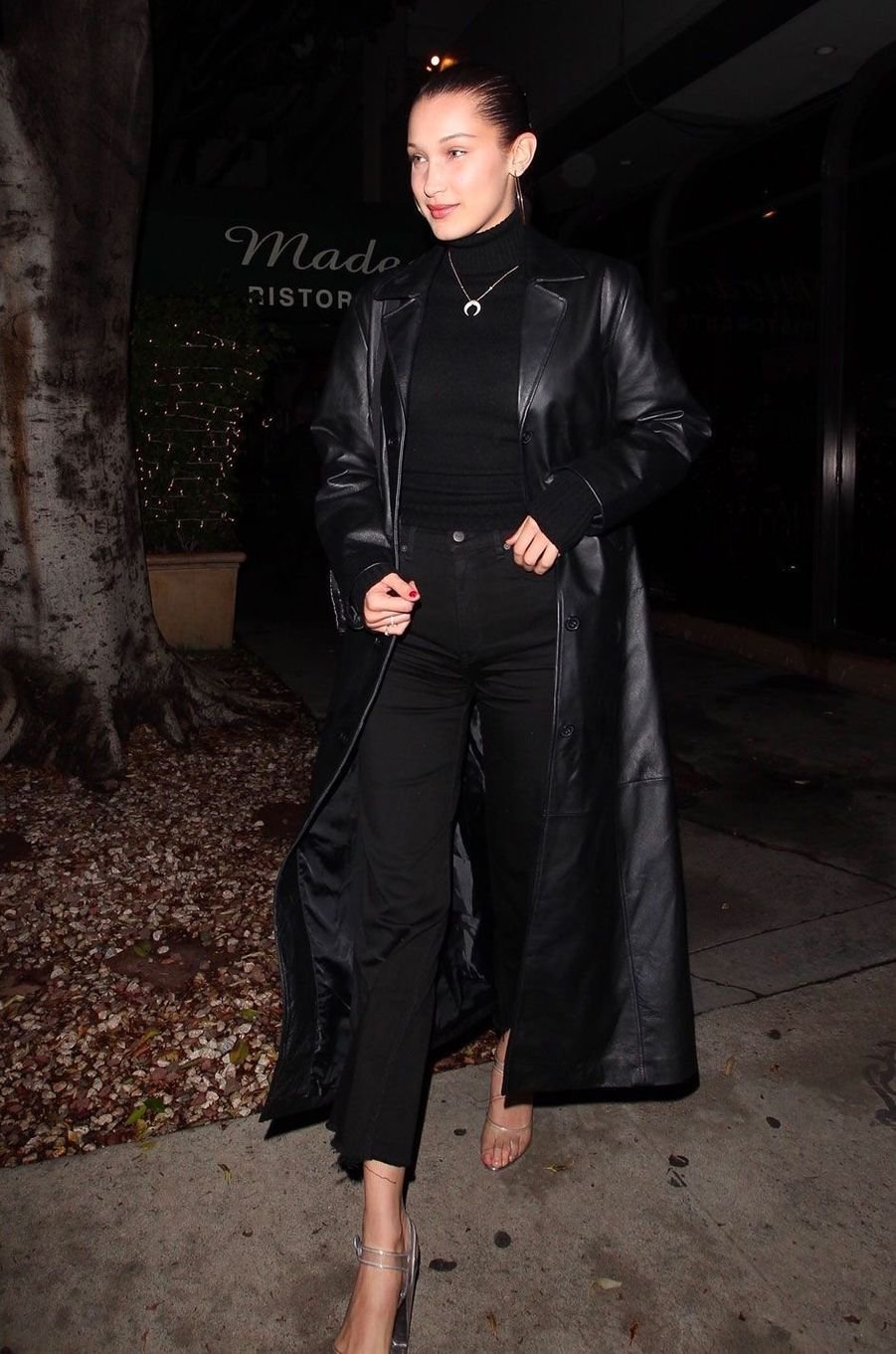 People style : le all black selon Bella Hadid