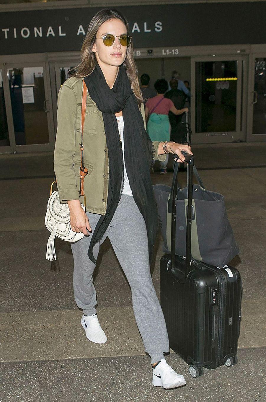 Alessandra Ambrosio à l'aéroport de Los Angeles, le 28 mars 2018