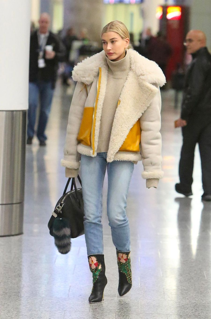 Hailey Baldwin à l'aéroport de Toronto, le 8 décembre 2017