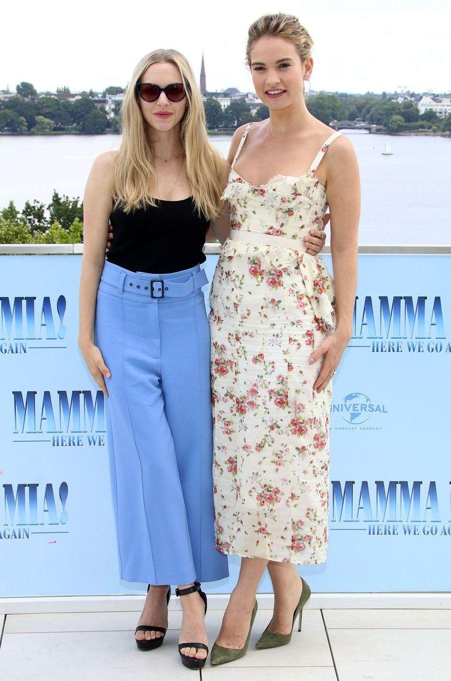 """Amanda Seyfried et Lily James le 12 juillet 2018 à Hambourg pour """"Mamma Mia 2"""""""
