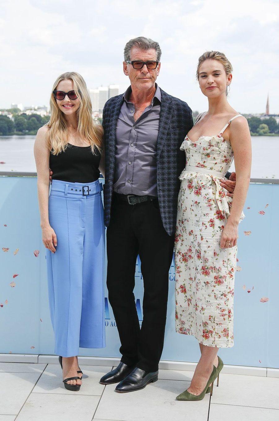 """Pierce Brosnan, Amanda Seyfried et Lily James le 12 juillet 2018 à Hambourg pour """"Mamma Mia 2"""""""