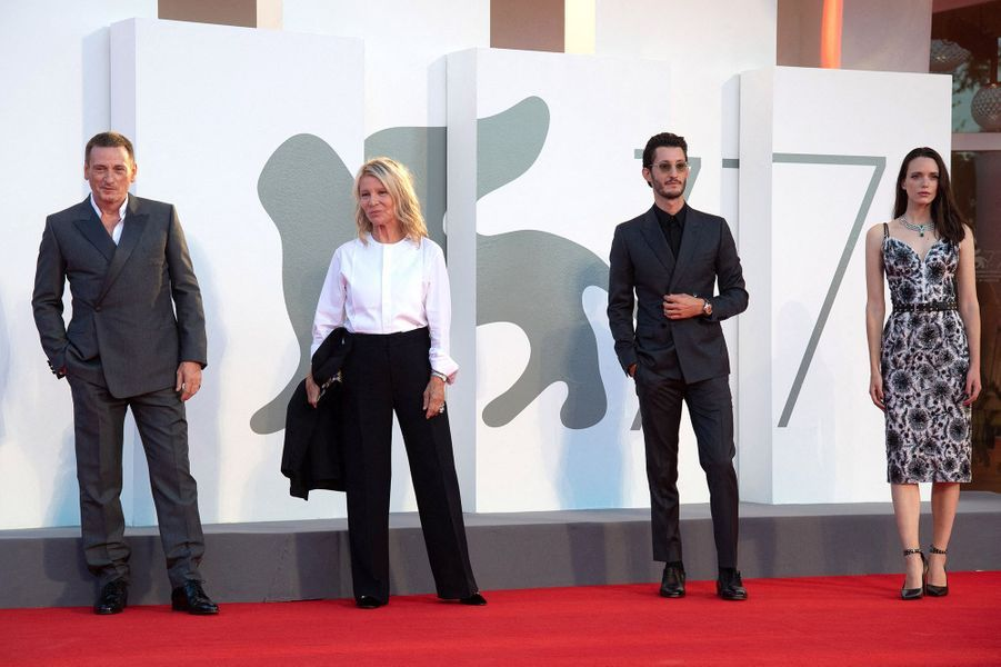 Benoît Magimel, Nicole Garcia, Pierre Niney et Stacy Martinsur le tapis rouge de la projection du film«Amants» lors de la Mostra de Venise le 3 septembre 2020