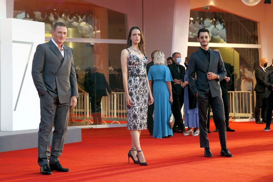 Benoît Magimel, Stacy Martin et Pierre Niney sur le tapis rouge de la projection du film «Amants» lors de la Mostra de Venise le 3 septembre 2020