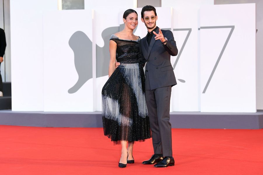 Natasha Andrews et Pierre Niney sur le tapis rouge de la projection du film «Amants» lors de la Mostra de Venise le 3 septembre 2020