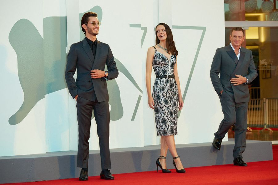 Pierre Niney, Stacy Martin et Benoît Magimel sur le tapis rouge de la projection du film «Amants» lors de la Mostra de Venise le 3 septembre 2020