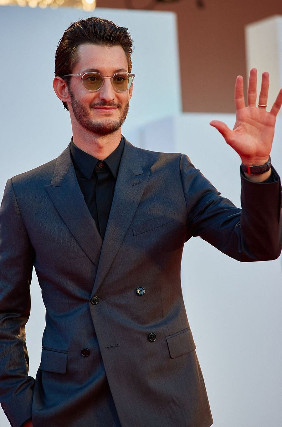 Pierre Niney sur le tapis rouge de la projection du film «Amants» lors de la Mostra de Venise le 3 septembre 2020