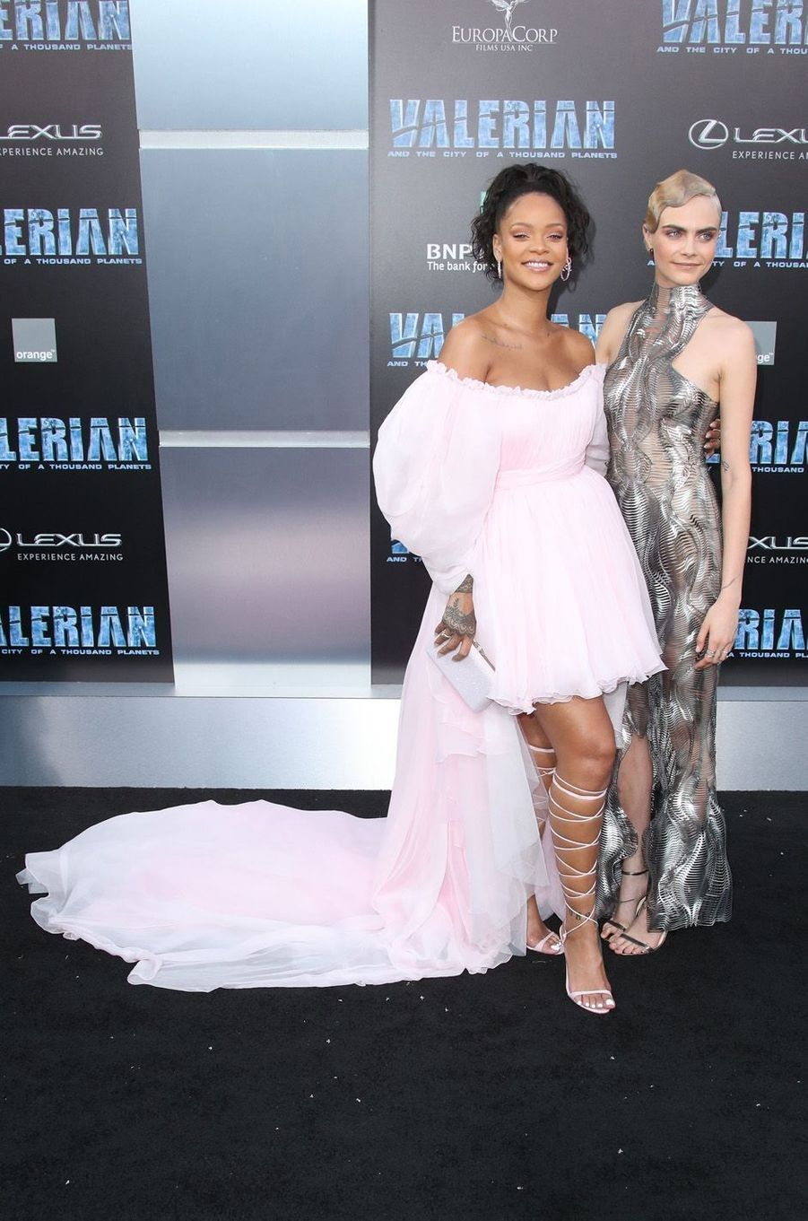 Rihanna et Cara Delevingneà l'avant-première de Valérian et la Cité des mille planètes, à Los angeles le 17 juillet 2017.