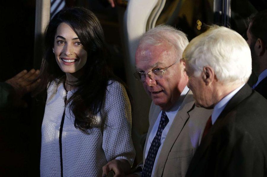 Amal Clooney entourée de Geoffrey Robertson et de l'archéologue David Hill, à Athènes le lundi 13 octobre 2014