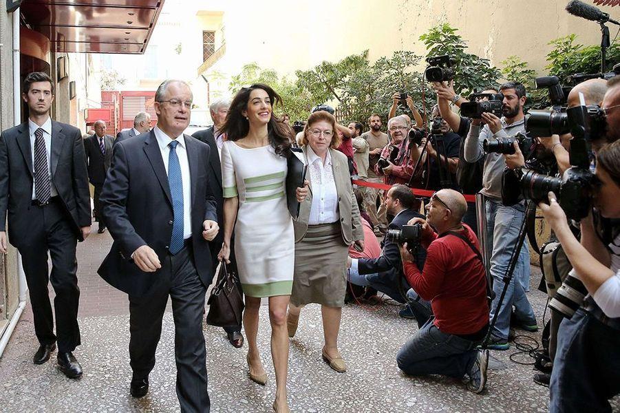 Amal Clooney attire les foules à Athènes le mardi 14 octobre 2014