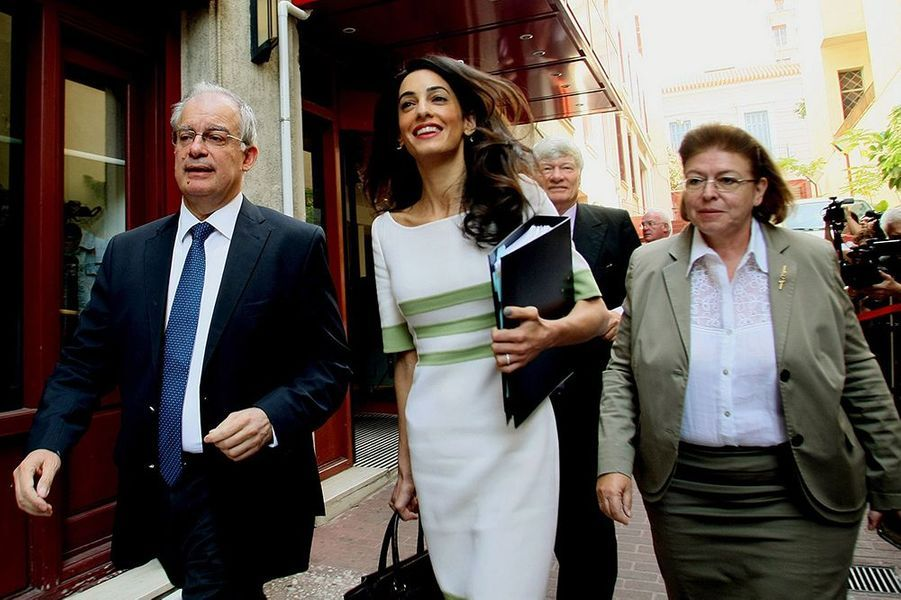 Amal Clooney et le ministre grec de la Culture, Konstantinos Tasoulas, à Athènes le mardi 14 octobre 2014