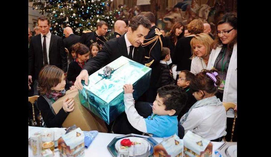 Nicolas Sarkozy a lui-même distribué des cadeaux, pour la plu grande joie des petits convives.