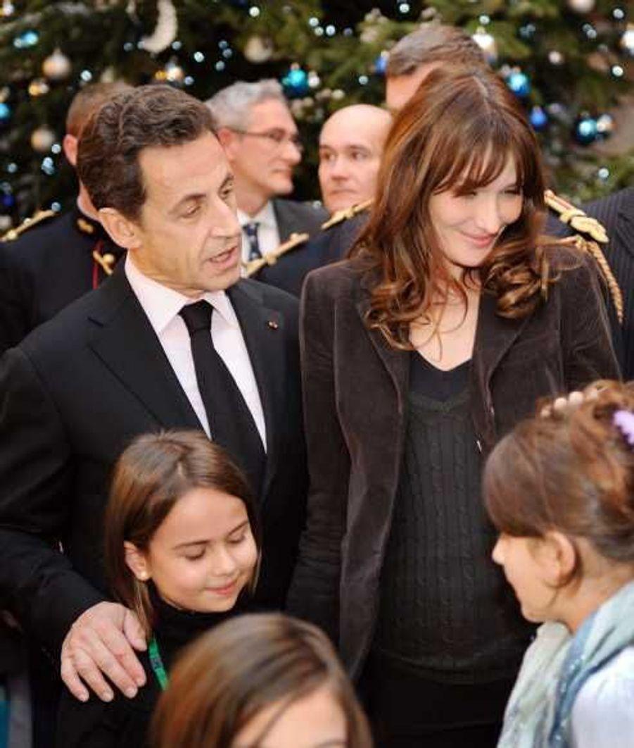 Le président et sa femme, heureux entourés des enfants.