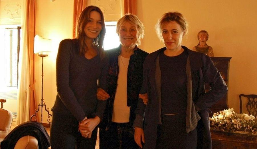 Carla Bruni-Sarkozy et Valeria Bruni-Tedeschi entourent leur mère Marisa Borini.