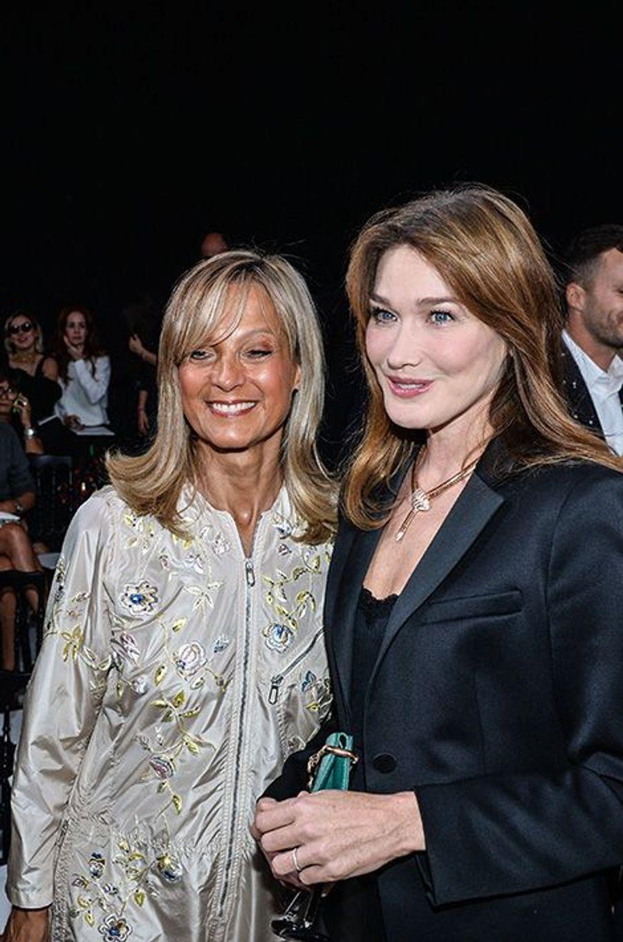 Carla Bruni et Hélène Arnault au défilé Christian Dior, le 26 septembre 2014, à Paris