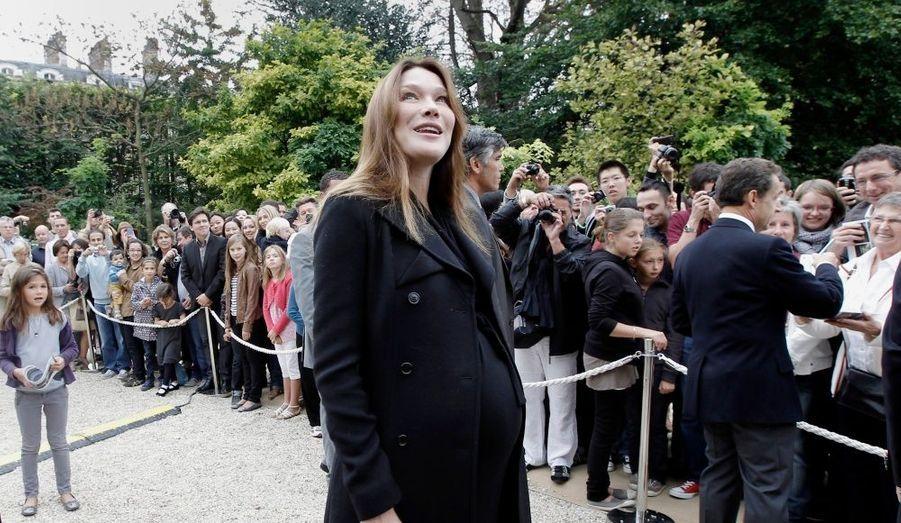 Focus sur ces femmes de présidents, ministres ou princes, enceintes durant le mandat ou le règne de leur époux. Carla Bruni-Sarkozy a accouché d'une petite fille le 19 octobre. La Première Dame avait officialisé sa grossesse au printemps 2011.