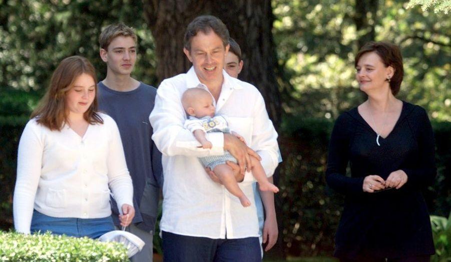 Cherie Blair était enceinte durant le troisième mandat de son mari Tony Blair, Premier ministre du Royaume-Uni du 2 mai 1997 au 27 juin 2007. Leo George est né le 20 mai 2000. Les époux sont parents d'Euan Anthony, né en janvier 1984, Nicholas John Blair, né en décembre 1985 et Kathryn Hazel Blair, née en mars 1988.