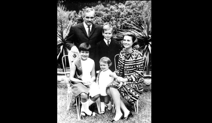Mariée civilement au prince Rainier III le 18 avril 1956, Grace Kelly a donné naissance à trois enfants: la princesse Caroline Louise Marguerite en janvier 1957, le prince Albert Alexandre Louis Pierre en mars 1958 et la princesse Stéphanie Marie Élisabeth en février 1965.