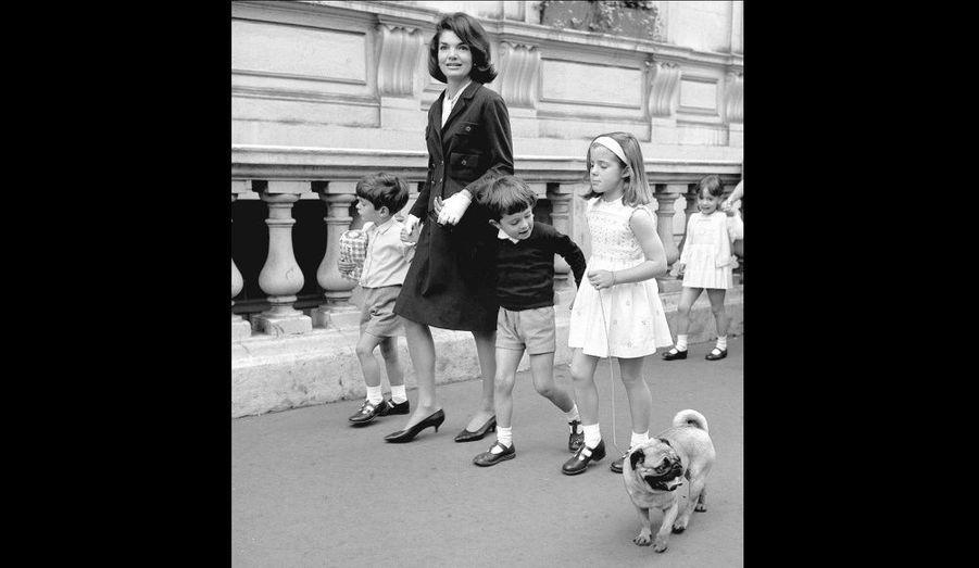 Jackie Kennedy était enceinte de son quatrième enfant durant le premier mandat de John Fitzgerald Kennedy, 35ème Président des États-Unis investi le 20 janvier 1961. En 1955, elle avait fait une fausse-couche, puis donné naissance à une petite fille mort-née l'année suivante. En novembre 1957 naissait Caroline, puis John Fitzgerald Kennedy Jr. en novembre 1960. Né prématurément le 7 août 1963, Patrick décèdera deux jours plus tard. Le président a été assassiné le 22 novembre 1963. Ci-contre, les enfants photographiés avec leur cousin Anthony (au centre).