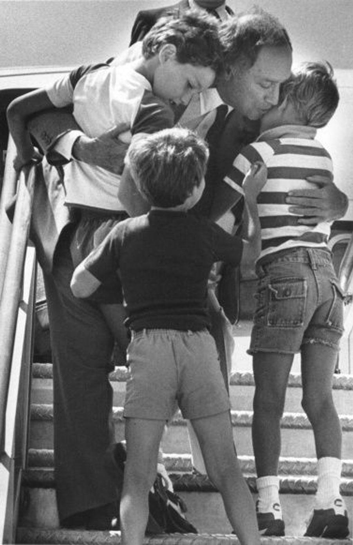 Margaret Trudeau attendait son troisième enfant durant le premier mandat de Pierre Elliott Trudeau, Premier ministre du Canada d'avril 1968 à juin 1979, puis de mars 1980 à juin 1984. Né le 2 octobre 1975, Michel Charles-Emile est décédé en 1998, enseveli sous une avalanche lors d'une excursion en ski. Séparés en 1977, le couple a eu deux autres fils nés le même jour: Justin Pierre James, né le 25 décembre 1971 et Sacha Alexandre Emmanuel, né le 25 décembre 1973.