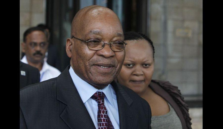 Deuxième femme du président polygame Jacob Zuma depuis 2008, Nompumelelo Ntuli a eu trois enfants avec le président de la République d'Afrique du Sud, investi le 9 mai 2009. Sa dernière grossesse avait défrayé la chronique au printemps 2010, des rumeurs alléguant que cet enfant était le fruit d'une relation extraconjugale de la Première dame avec son garde du corps Phinda Thomo.