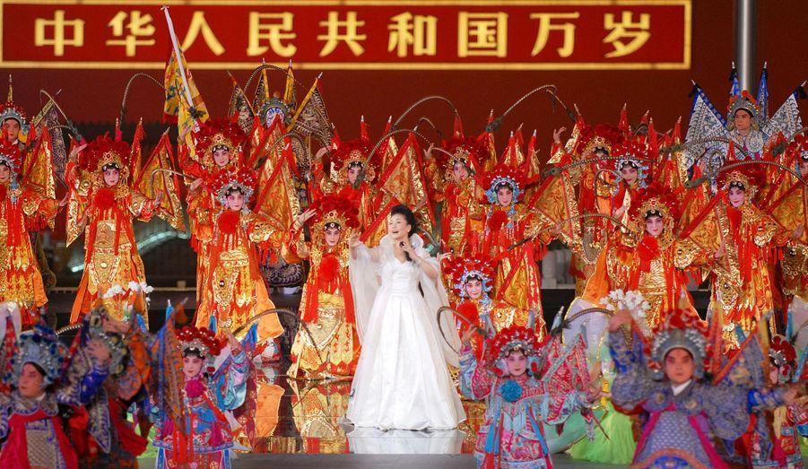 Avant d'être la nouvelle Première dame chinoise, Peng Liyuan est une chanteuse très populaire dans l'Empire du Milieu.