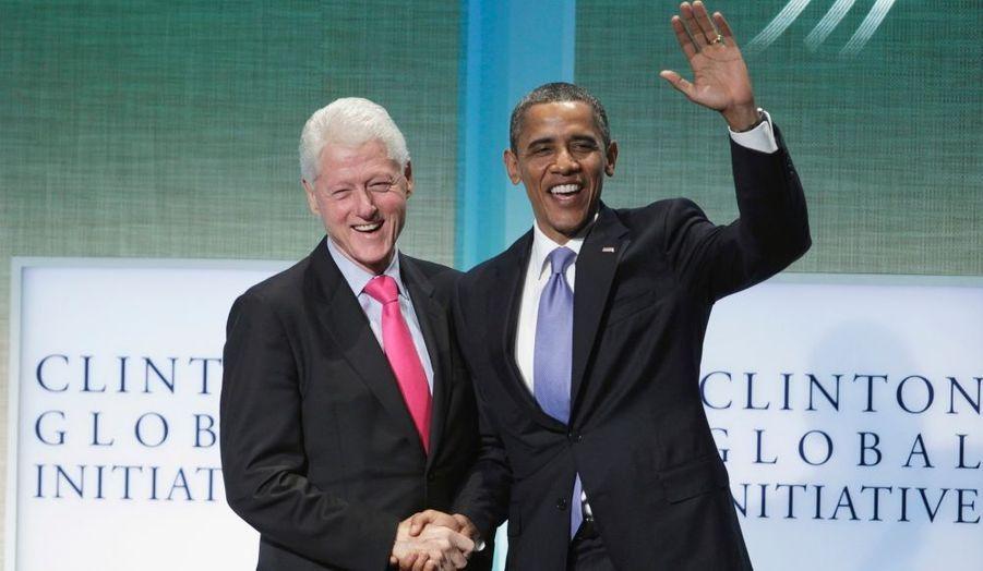Comme chaque année, l'ancien président des Etats-Unis a organisé mercredi à New York la Clinton Global Initiative, sa fête de la philanthropie à laquelle de nombreux grands de ce monde ont participé. L'actuel locataire de la Maison Blanche plaisante est ici félicité par l'hôte de la soirée pour son discours.