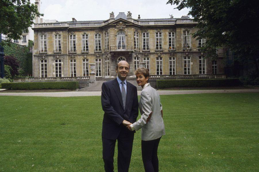 Alain et Isabelle dans le parc de Matignon en mai 1995