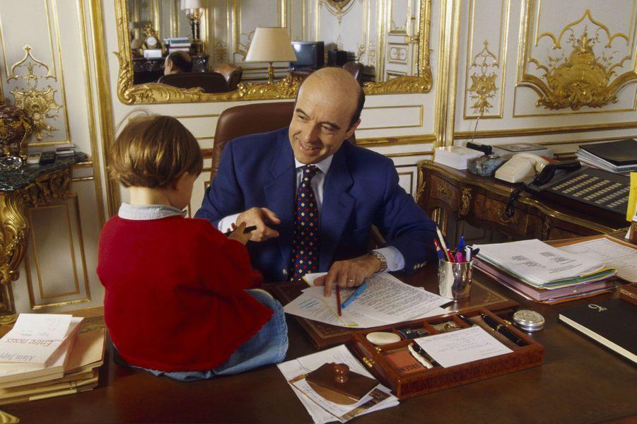 Clara sur le bureau de son père en décembre 1996, à Matignon