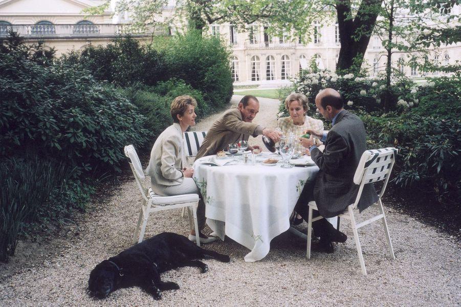 Déjeuner entre couples dans le parc de l'Elysée en avril 1996, avec le labrador du Président