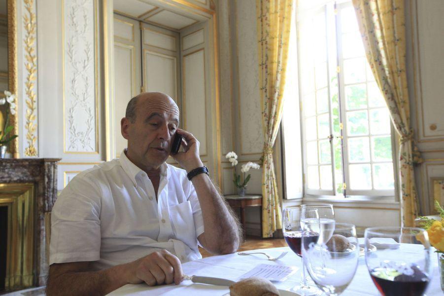 Mai 2012 : Alain Juppé déjeune dans son bureau de la mairie de Bordeaux