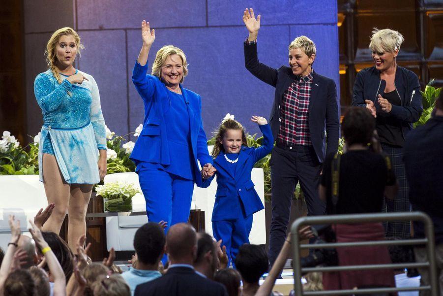 Hillary Clinton entourée d'Amy Schumer, Macey Hensley, et de Pink sur le plateau d'Ellen DeGeneres en septembre 2015