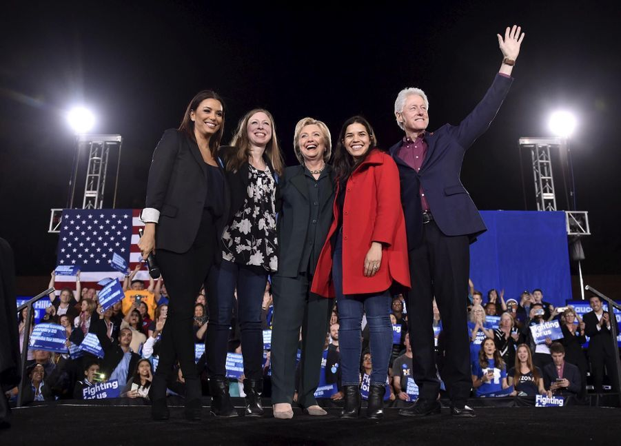 La famille Clinton entourée d'Eva Longoria et America Ferrera en février 2016 à Las Vegas
