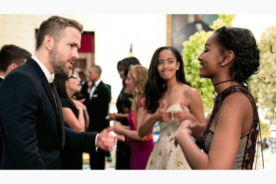 Malia et Sasha Obama avec Ryan Reynolds, en mars 2016.