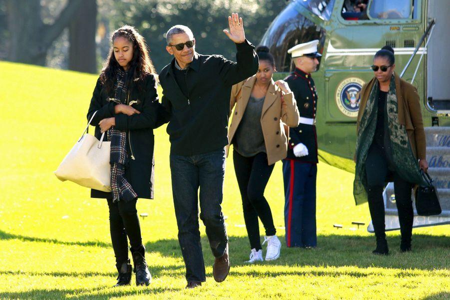 Michelle et Barack Obama avec leurs filles Malia et Sasha, en janvier 2016.