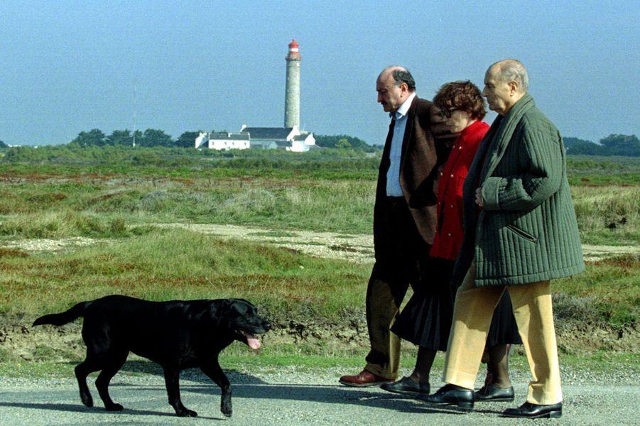 François Mitterrand marche aux côtés de son épouse Danielle et de l'ancien ministre de la Justice Georges Kiejman lors d'un séjour à Belle-Ile-en-Mer.